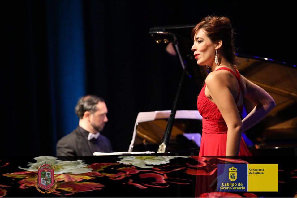 Fotografía de la actuación de Laura del Río cantando zarzuela